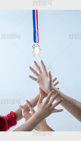 多人手势竞争伸手抓奖牌的人