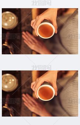 青年女人喝茶