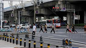 实拍街道人流车流等车路人红绿灯上下班公交